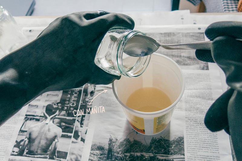 """Añade la mezcla de agua y soda cáustica al aceite, con """"mañita"""""""